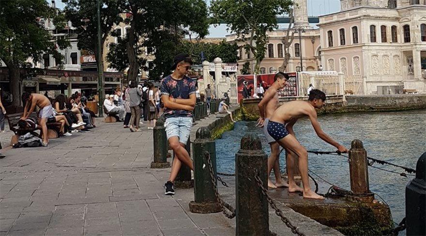 Ortaköy'de iç çamaşırlarıyla denize giren şahıslar büyük tepki çekti