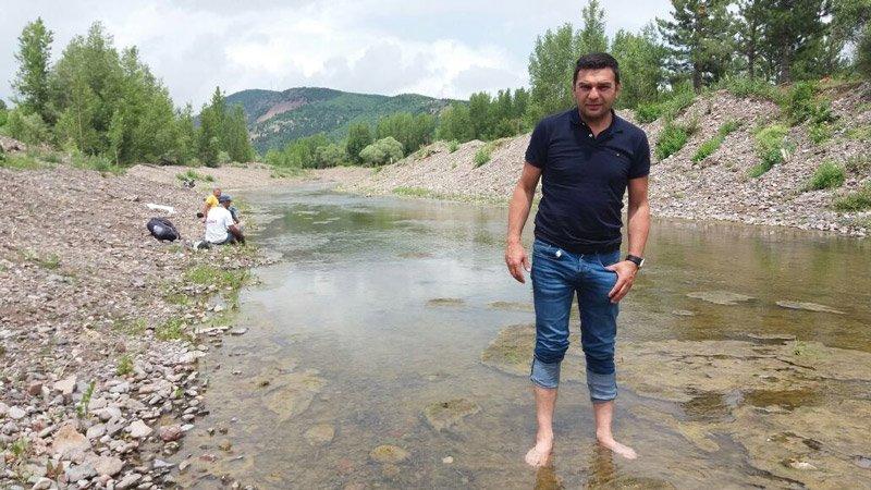 Muhabirimiz Turgut Erat ve kameramanımız Ömer Uluhan da suyu görünce hemen paçaları sıvadılar...