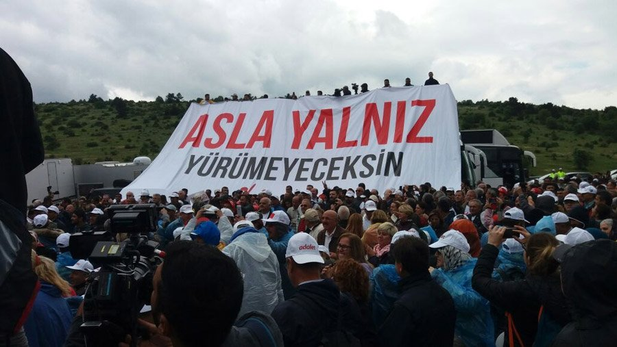 CHP'liler Kılıçdaroğlu konuşurken bu pankartı açtılar.