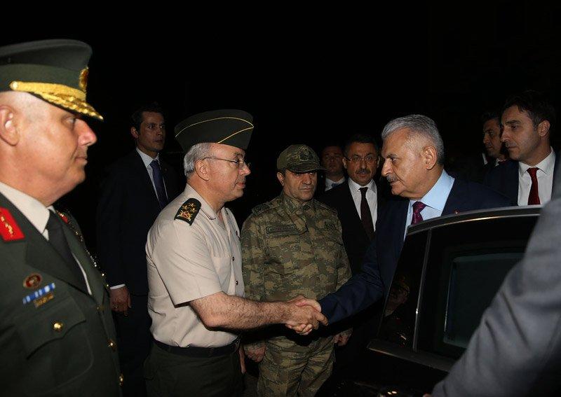 FOTO:DHA - Başbakan Yıldırım, Şehit general Aydın'ın evine taziye ziyaretinde bulundu.