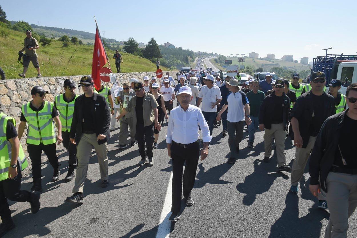 FOTO:DHA - Kortej bugün en kalabalık gününde.