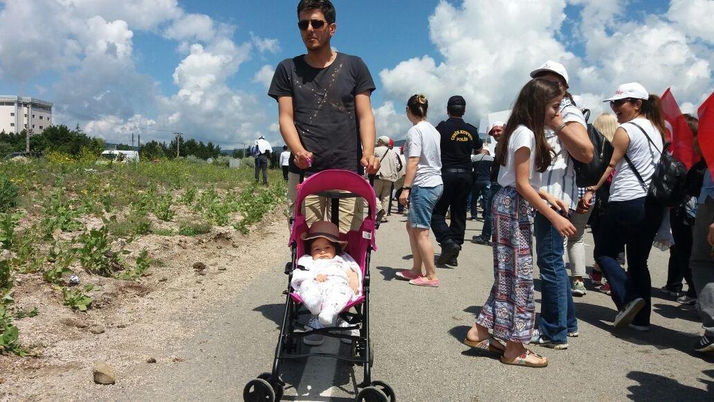 FOTO:SÖZCÜ - Korteje bazı vatandaşların da çocuklarıyla katıldıkları görüldü.