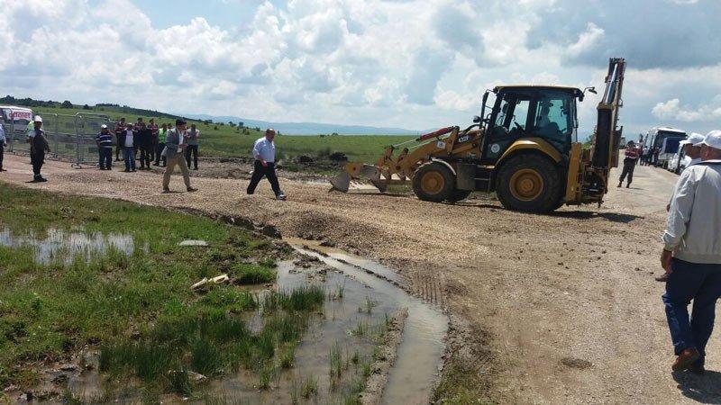 FOTO:SÖZCÜ - Eskişehir Odunpazarı Belediyesi ekipleri kortejin mola vereceği yerlerde küçük çapta düzenlemeler yapıyor.