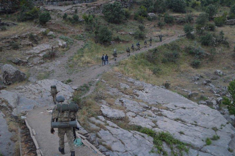 FOTO:DHA - Kaza sonrası bölgeye çok sayıda asker sevk edildi.