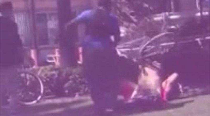 Bisikletini sokakta seks yapan çiftin kafasına çaldı