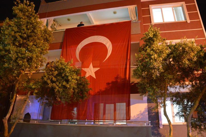 FOTO:İHA - İlker Acar'ın Balıkesir'deki babaocağına Türk Bayrağı asıldı.