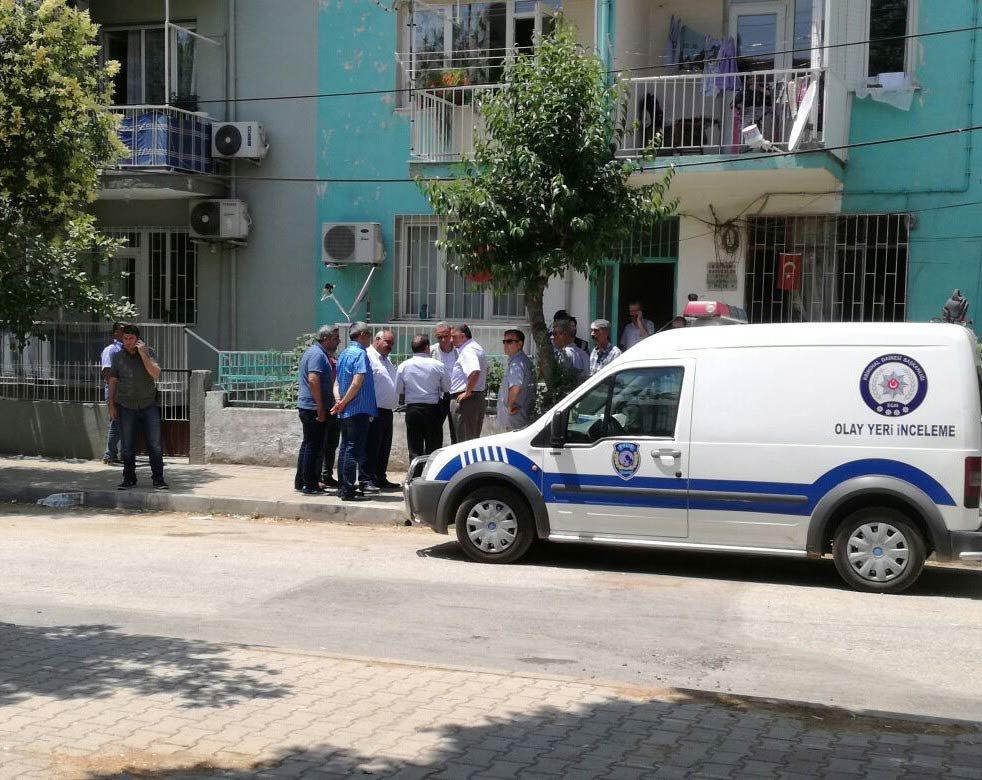 Olayı duyan vatandaşlar polisin geniş güvenlik önlemleri aldığı, Ceylin'in cansız bedeninin bulunduğu evin önünde toplandı.