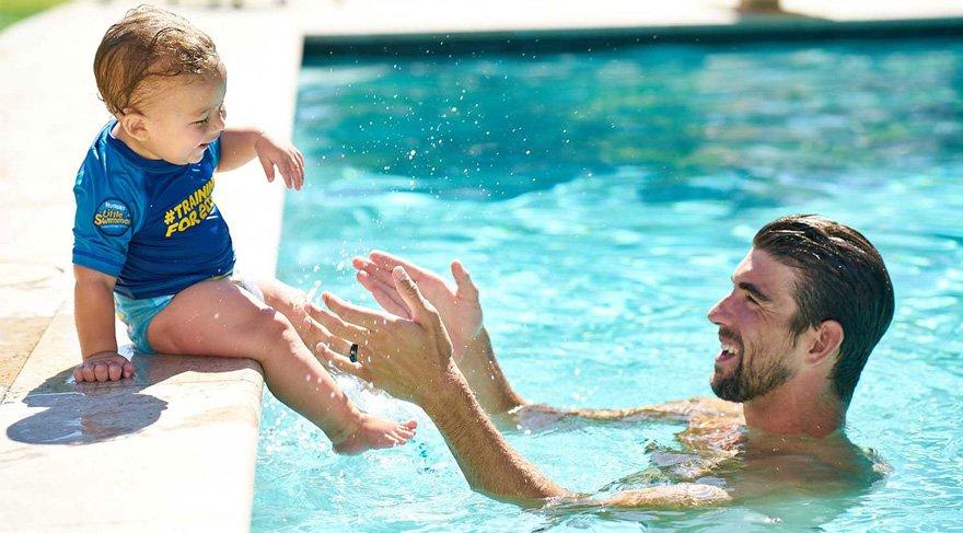 Michael Phelps bebeklere yüzme öğretecek