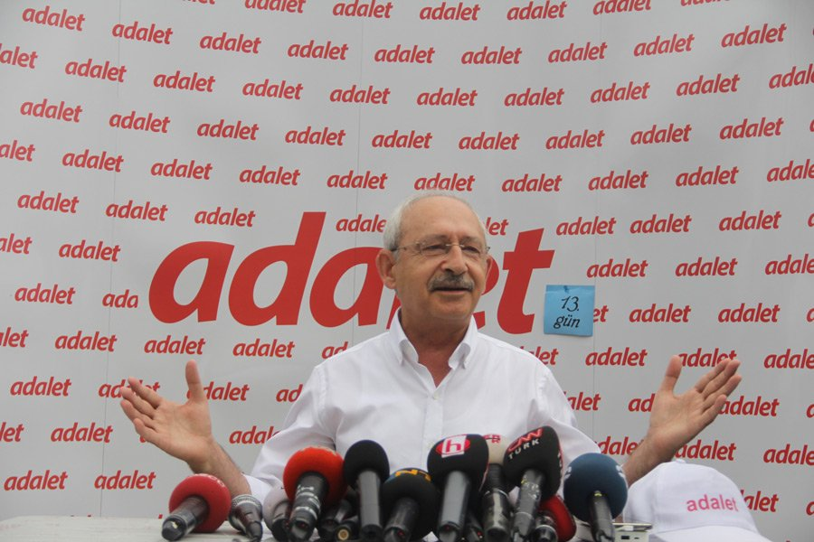 FOTO:İHA - Kılıçdaroğlu, 13.gün etabına başlamadan önce gazetecilere kısa bir açıklama yaptı.