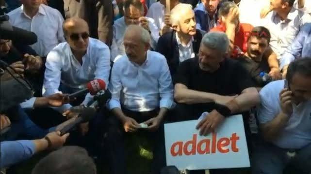 Kılıçdaroğlu yürüyüş sırasında böyle mola verdi.