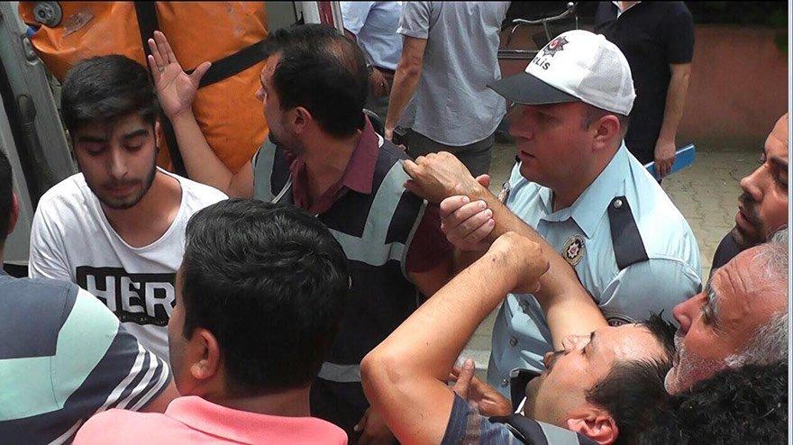İzmir'in Ödemiş'in İlçesi'nde Ceylin Atık'ın ölü bulunduğunun duyulmasıyla birlikye olay yerindeki öfkeli kalabalık binaya girmek istedi. Kapıda önlem alan polis ekipleri içeri girmek isteyen kalabalığa engel olmak isteyince arbede çıktı. Kalabalık, binayı taş yağmuruna tutuğ, camlarını kırdı.