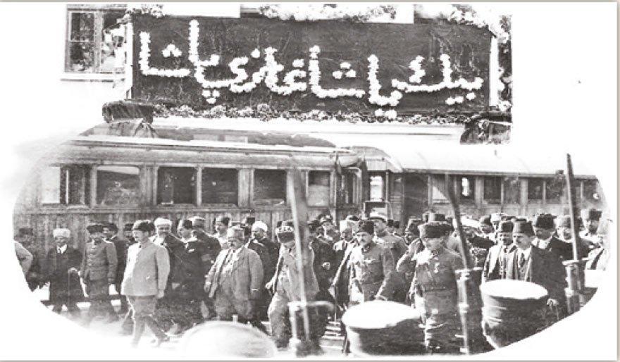 Atatürk Kurtuluş Savaşı'ndan sonra yurt gezilerinde 'Çok Yaşa' veya 'Bin Yaşa' pankartlarıyla karşılanıyordu. Örneğin 2 Ekim 1922'de Ankara'da 'Bin Yaşa Gazi Paşa' pankartıyla karşılanmıştı.