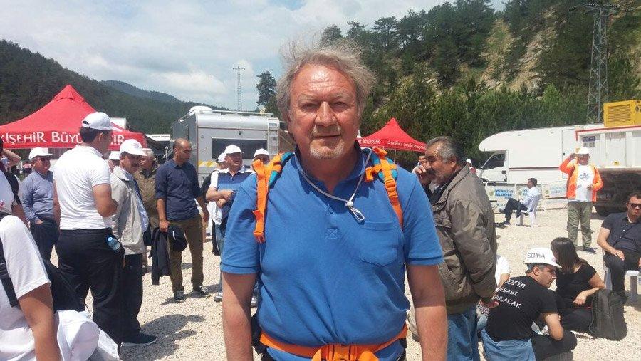 FOTO:SÖZCÜ - DSP eski Genel Başkanı Zeki Sezer de ilk günden beri yürüyüşü takip ediyor. Sezer akşamları uyumak için ise sırtında taşıdığı çadırı kullanıyor.