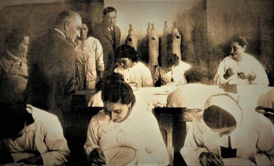 Atatürk, Cumhuriyetin çağdaş okullarından İsmet Paşa Kız Enstitüsü'nü ziyaret ediyor, 19 Kasım 1937.