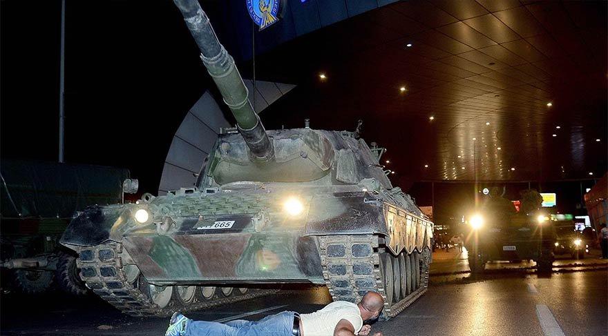 Atatürk Havalimanı'nda tankların önüne yattılar.