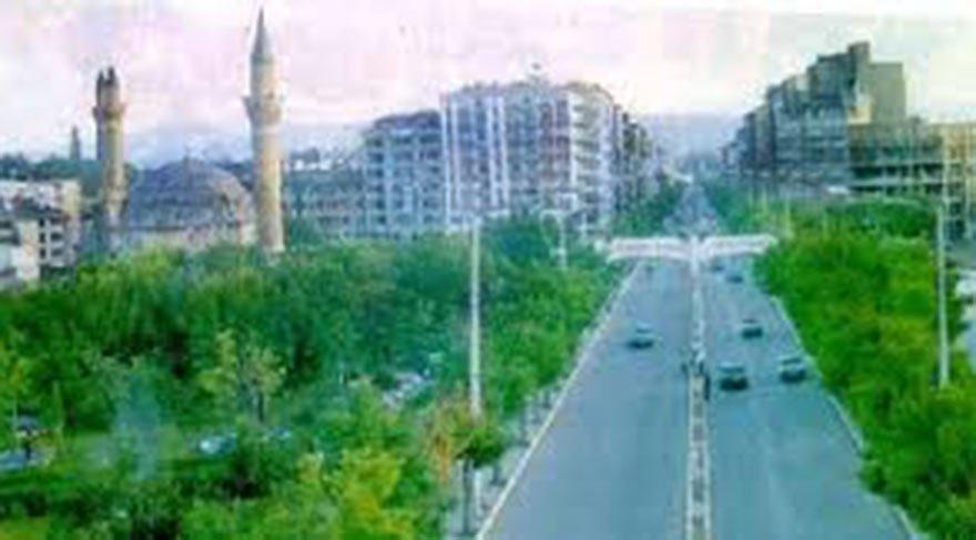 KENT MERKEZİ DE AĞAÇLARLA DOLUYDU Ünlü Çifte Minareli Medrese dahil birçok tarihi yapının bulunduğu Sivas Kent Meydanı, birkaç yıl öncesine kadar ağaçlarla kaplıydı.