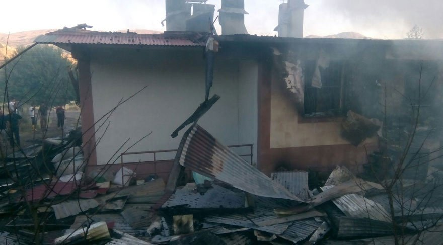 Bir ev, odunluk, samanlık ve 3 kiler kül oldu
