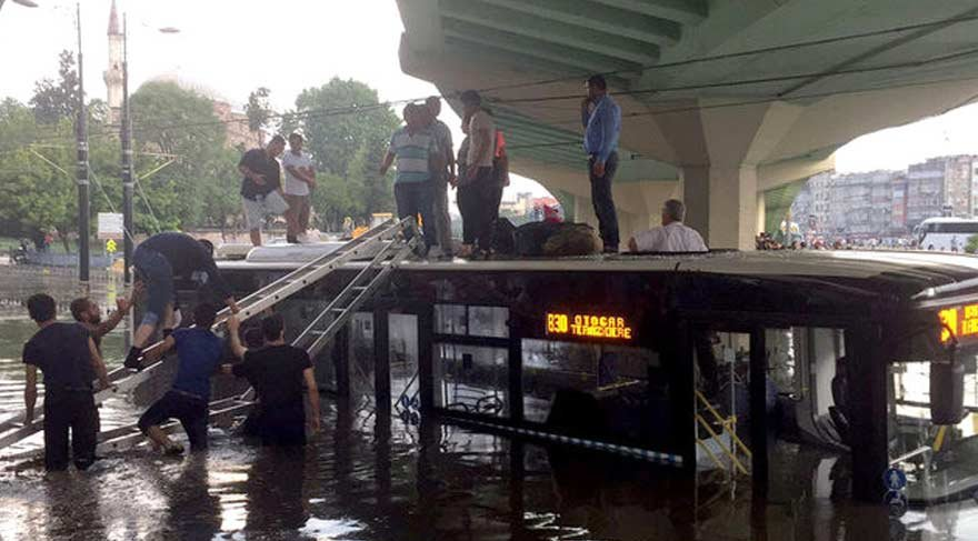 İstanbul'da otobüs suya gömüldü!