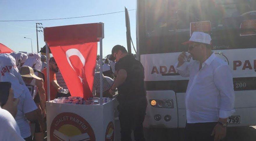 Adalet Partisi Genel Başkanı Vecdet Öz ve yardımcıları Adalet Yürüyüşü'ne katıldı. Partililer ise yürüyüşçülere su dağıttı