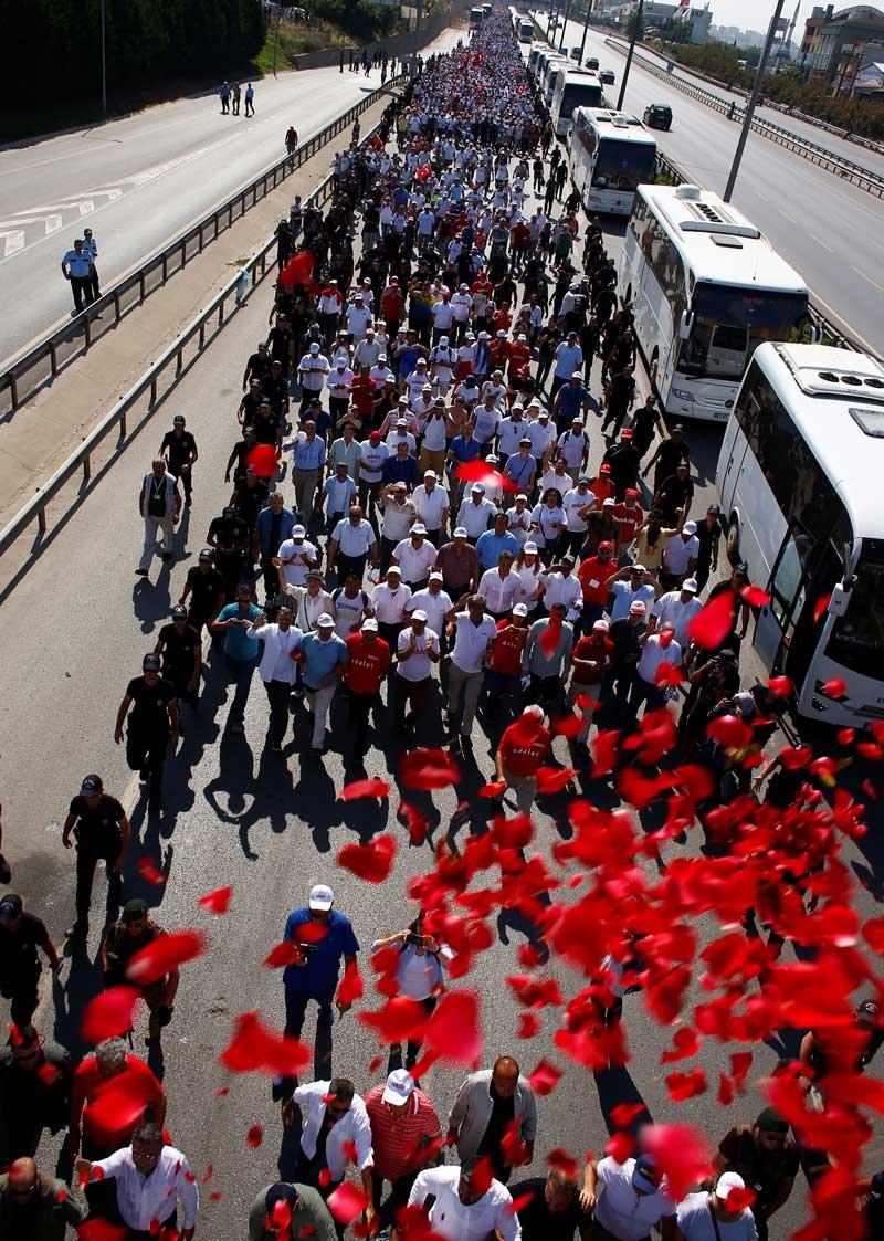 FOTO:Reuters - Kortej günü yine 'güllerle' başladı.