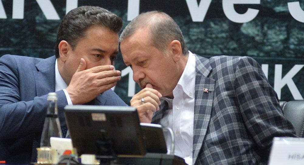 Erdoğan Cumhurbaşkanı seçilmeden üç gün önce Ankara'da TOBB'da düzenlenen VII. Türkiye Ticaret ve Sanayi Şurası'na katılmıştı. Erdoğan burada dönemin Başbakan Yardımcısı Ali Babacan'la da görüşmüştü. İkili arasında zaman zaman Merkez Bankası politikalarından dolayı görüş ayrılıkları olduğu biliniyordu. Fotoğraf: Depo Photos/Tarih: 7 Ağustos 2014