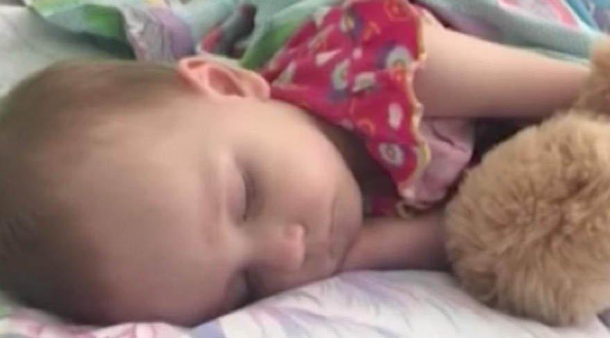 Zor Uyuttuğu Kızını Uyandırmaya Çalışınca Acı Gerçeği Öğrendi ile ilgili görsel sonucu