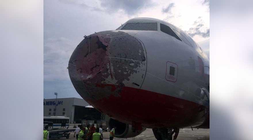 Havada korku dolu anlar! 5 bin feette doluya yakalanan uçağın ön burnu hasar gördü!