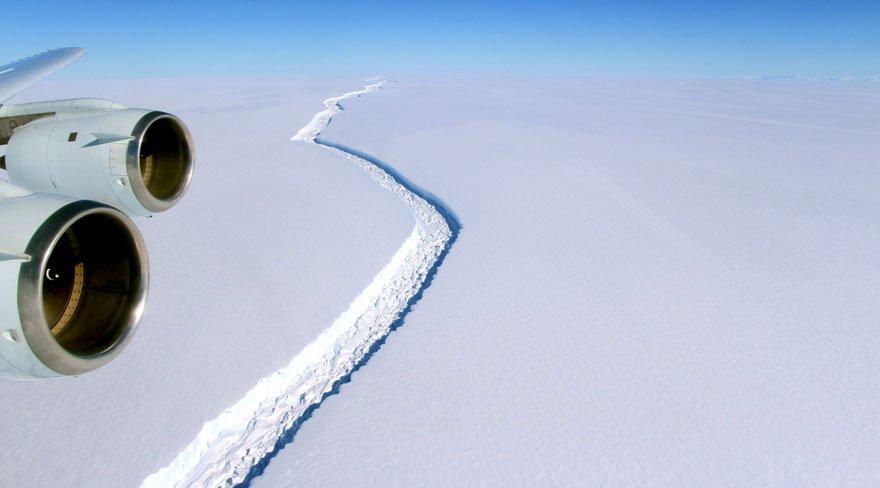 Kıbrıs'ın üçte ikisi büyüklüğünde buzdağı koptu