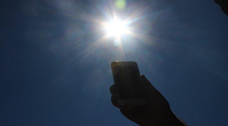 Sıcaklar devam ederken önemli haber: Cep telefonunuzu 'Güneş' çarpabilir!