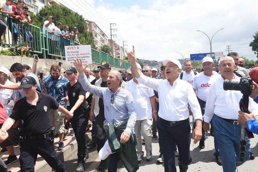 FOTO:DHA - Kılıçdaroğlu, Derince'de kendisine bozkurt işareti yapanlara böyle karşılık verdi...