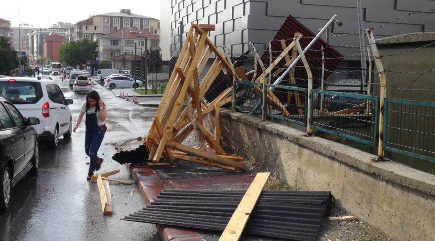 Foto: DHA - Edirne'de aniden bastıran dolu ve şiddetli rüzgarla başlayan sağanak yağmur günlük yaşamı olumsuz etkiledi. Yaklaşık 10 dakika süren yağışın ardından bazı sokaklarda su birikintileri meydana geldi.