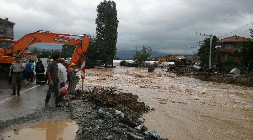 Foto: İHA - Yalova'da meydana gelen aşırı yağışlar dere yatağını taşırdı, Çınarcık ilçesine bağlı Koru beldesine ulaşım kapandı.