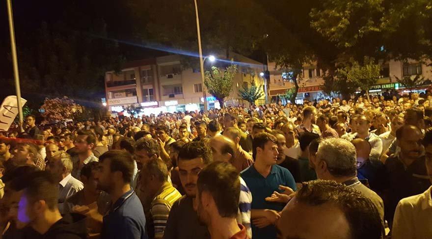 Olayı bir terör saldırısı zannederek adliye çevresinde toplanan vatandaşlar sloganlar attı.