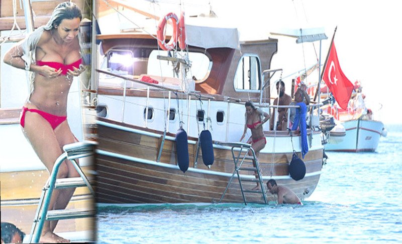 Muazzez Ersoy ve dansöz Didem aynı teknede