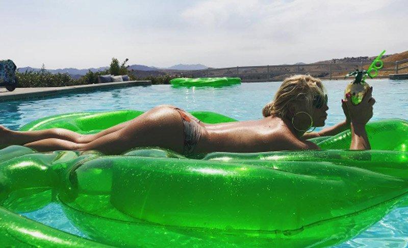 Jessica Simpson 37. yaşına tangalı bir fotoğrafla merhaba dedi