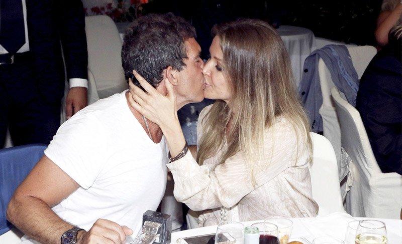 Antonio Banderas, kendisinden 19 yaş küçük sevgilisiyle görüntülendi