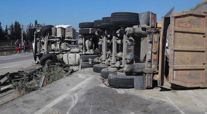 Hafriyat kamyonu, işçileri taşıyan servise çarptı