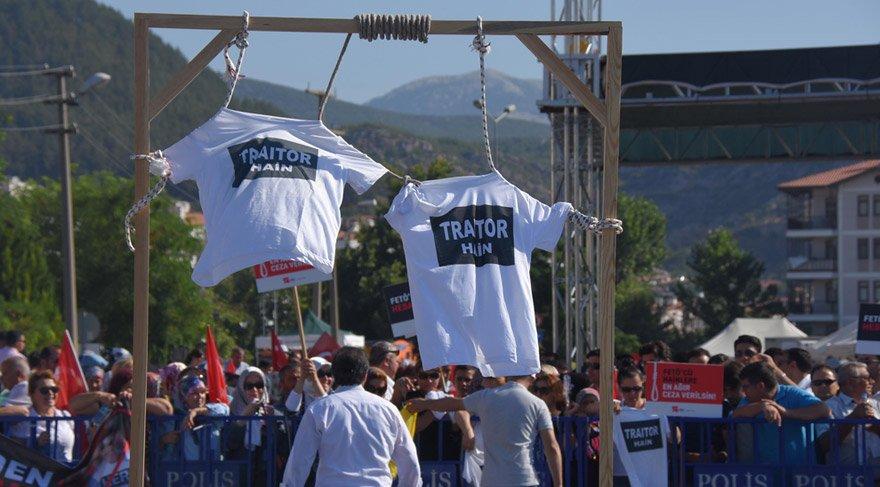 Darbecilerin 'Hero' tişörtüne karşı 'traitor' tişörtü