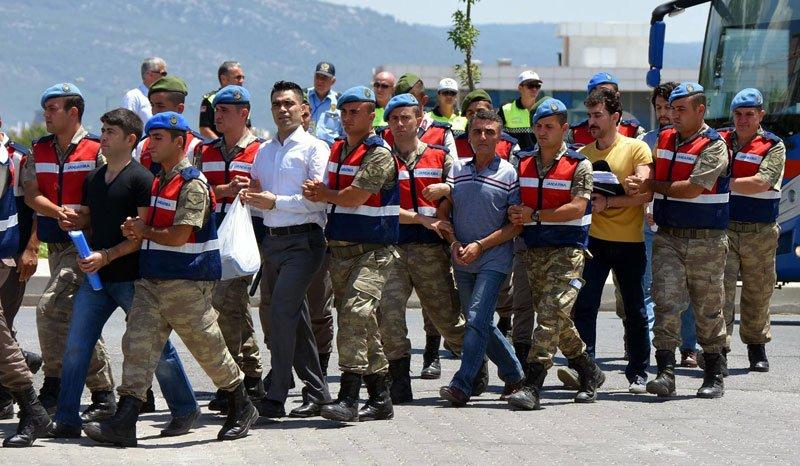 FOTO:DHA - Gökhan Güçlü'nün de, sarı renk bir tişörtle geldiği görüldü.