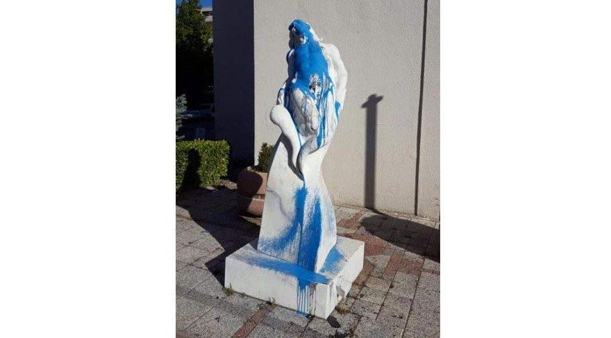 Sanatçılardan Atatürk heykeline saldıran meczuba sert tepki