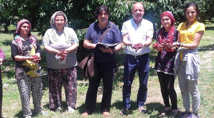 Afyon Sultandağı Belediye Başkanı Osman Acar (soldan üçüncü), üreticilerle birlikte arkadaşımız Aydın Demir'e sektörü değerlendirdi.