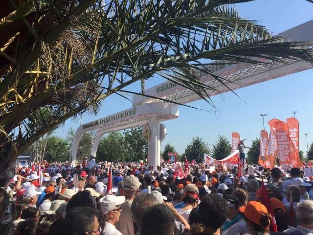 Mitinge giremeyenler dışarıda geniş bir kalabalık oluşturdu. Fotoğraf: Sozcu.com.tr