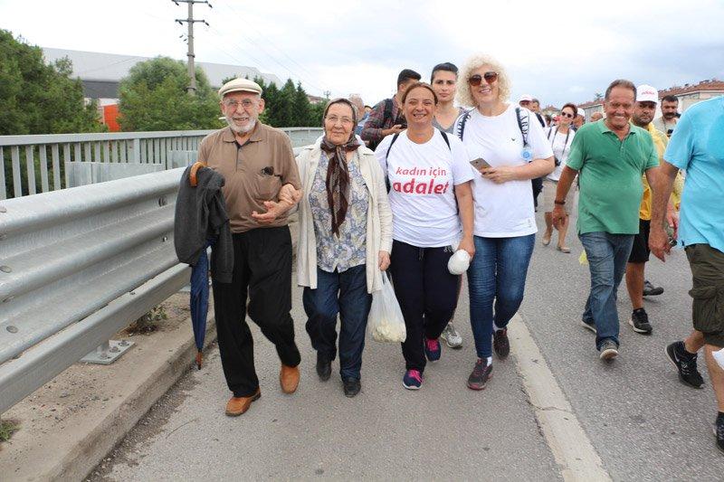 FOTO:DHA - Yürüyüşe 80 yaşındaki Hakkı Dinçer ile 70 yaşındaki eşi Gülzade Dinçer de katıldı.