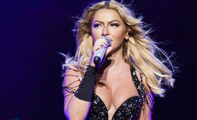 Şarkıcı Hadise'den cesur elbise