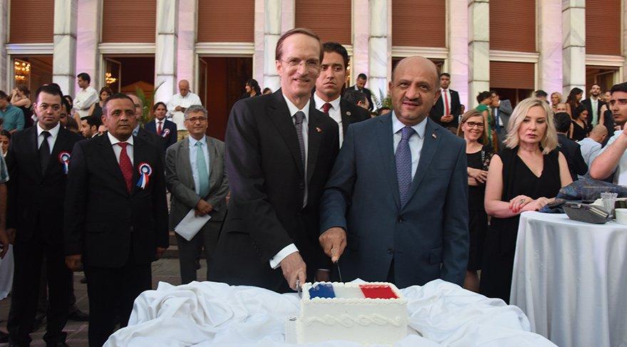 Bakan Fikri Işık (sağda), Fransa'nın Ankara Büyükelçiliği'ndeki Fransa Milli Günü'ne katılarak hava savunma sistemi hakkında açıklama yaptı.