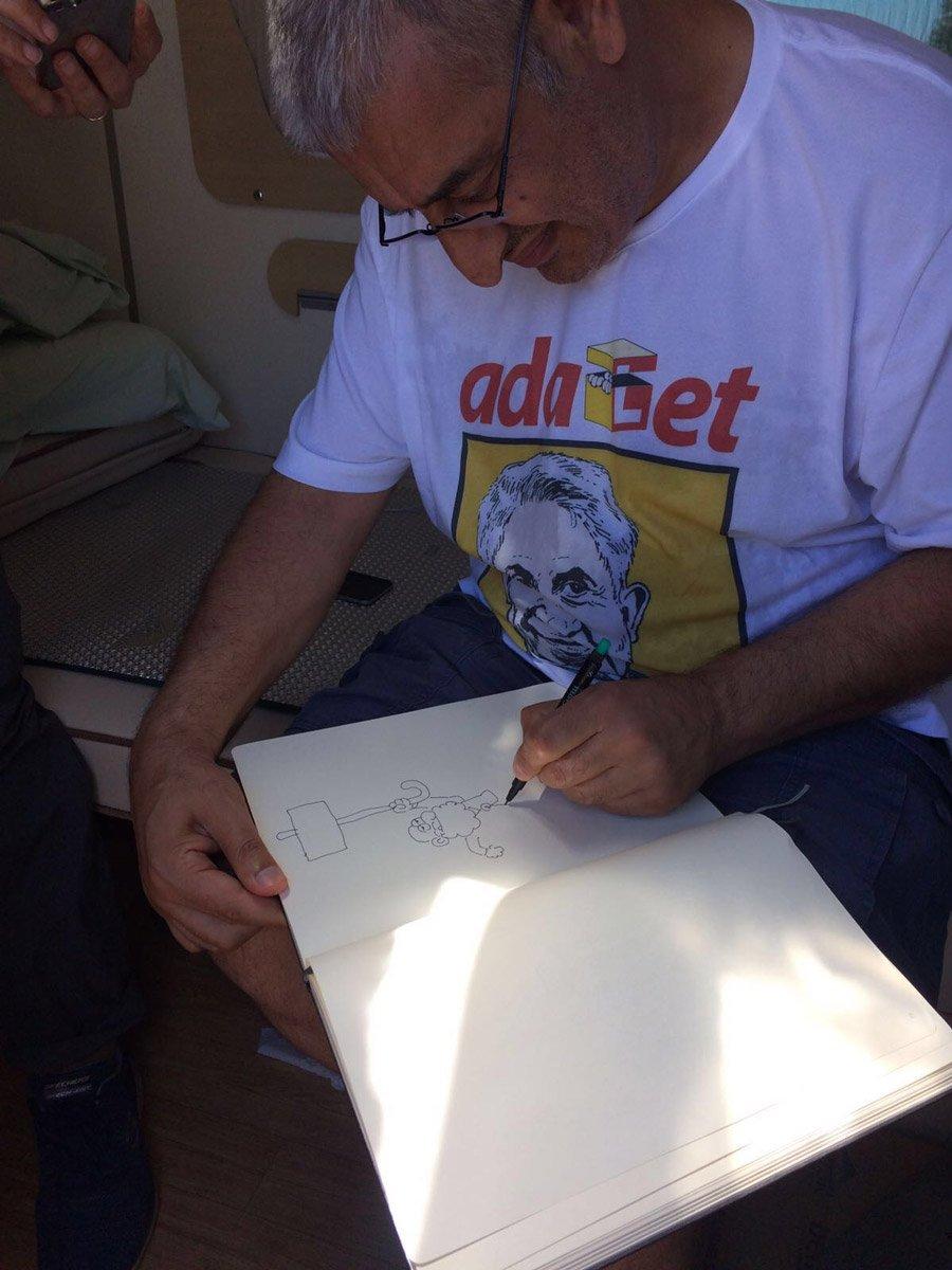 FOTO:SÖZCÜ Yürüyüşe 'Lemancı' karikatüristler de katıldı. Mola esnasında Kılıçdaroğlu'nu da ziyaret eden karikatüristler yürüyüş özel defterine karikatür de çizdi.