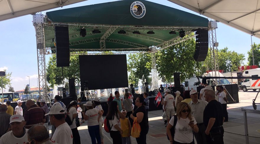 Foto: SÖZCÜ / Kartal Sahil'de dev ekran ve sahne kuruldu. Akşam saatlerinde Adalet Yürüyüşü'ne katılanlar Kartal Belediyesi'nin hazırladığı bu alanda buluşacak.