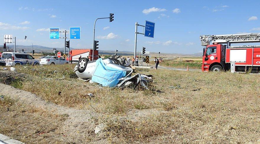 Tur otobüsü ile otomobil çarpıştı: 3 ölü, 26 yaralı