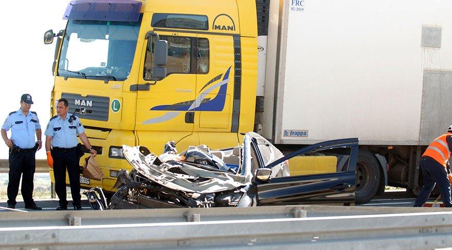 Otomobil duran TIR'a arkadan çarptı; 4 üniversiteli öldü, 2 yaralı