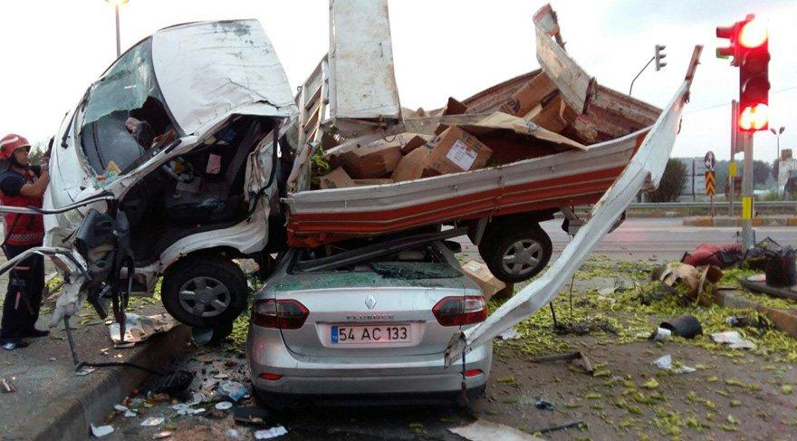 Tankerin çarptığı kamyonet otomobilin üstüne uçtu: 1 ölü